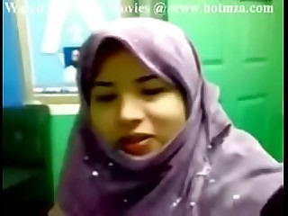 Indian Pakistani teen with a hijab shows her boobs - Allvideosx.com